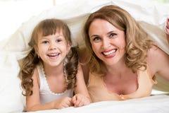 Το παιδί και η μητέρα είναι ευτυχή από κοινού Στοκ φωτογραφίες με δικαίωμα ελεύθερης χρήσης