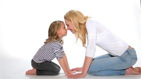 Το παιδί και η μητέρα κάνουν το των Εσκιμώων φιλί απόθεμα βίντεο