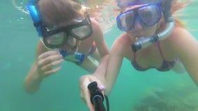 Το παιδί και το κορίτσι λούζουν στη θάλασσα με τα ψάρια Σκάφανδρο που βουτά στις μάσκες Phangan, Ταϊλάνδη απόθεμα βίντεο