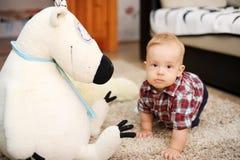Το παιδί και teddy αντέχει Στοκ Εικόνες