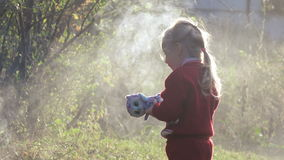Το παιδί κοριτσιών εξαφανίζει την πυρκαγιά απόθεμα βίντεο