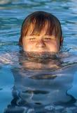 Το παιδί κολυμπά στην υπαίθρια λίμνη στοκ εικόνες με δικαίωμα ελεύθερης χρήσης
