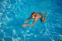Το παιδί κολυμπά στη λίμνη στοκ φωτογραφίες με δικαίωμα ελεύθερης χρήσης