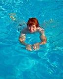 Το παιδί κολυμπά στη λίμνη στοκ εικόνες