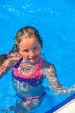 Το παιδί κολυμπά στο μπλε νερό στην πισίνα Στοκ Φωτογραφίες