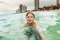 Το παιδί κολυμπά Στοκ Εικόνα