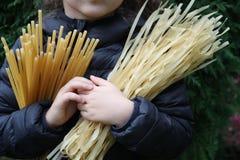 Το παιδί κρατά στα ζυμαρικά χεριών Στοκ εικόνες με δικαίωμα ελεύθερης χρήσης