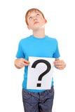 Το παιδί κρατά το ερωτηματικό Στοκ εικόνες με δικαίωμα ελεύθερης χρήσης