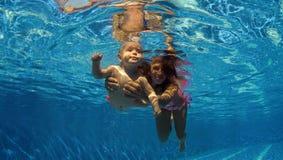 το παιδί μαθαίνει κολυμπά Στοκ φωτογραφίες με δικαίωμα ελεύθερης χρήσης