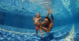 το παιδί μαθαίνει κολυμπά Στοκ φωτογραφία με δικαίωμα ελεύθερης χρήσης