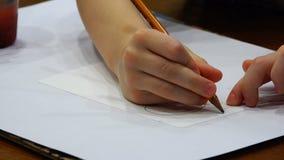 Το παιδί με δεξή του επισύρει την προσοχή τον ήλιο με ένα απλό μολύβι σε ένα κομμάτι χαρτί φιλμ μικρού μήκους