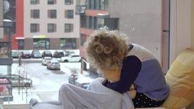 Το παιδί με το καλύτερο φίλο teddy αντέχει το χάδι και το φιλί εξετάζοντας τη χιονοθύελλα πτώσης χιονιού απόθεμα βίντεο