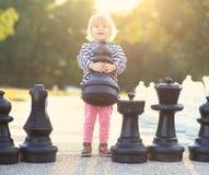 Το παιδί με το σκάκι λογαριάζει υπαίθριο Στοκ Φωτογραφία
