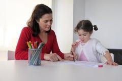 Το παιδί μητέρων και κορών σύρει και χρωματίζει από κοινού Στοκ Φωτογραφία