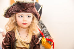 Το παιδί μικρών κοριτσιών έντυσε ως πειρατής για αποκριές στο υπόβαθρο του χριστουγεννιάτικου δέντρου Στοκ Εικόνες