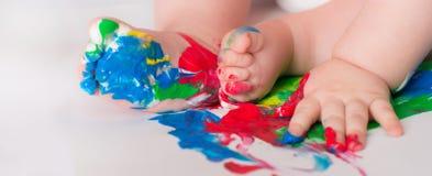 Το παιδί μωρών σύρει με τα χρωματισμένα χέρια χρωμάτων, βρώμικα πόδια Selecti Στοκ φωτογραφία με δικαίωμα ελεύθερης χρήσης