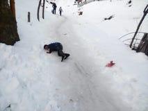 Το παιδί πέφτει κάτω από αλλά ακόμα αισθάνεται ευτυχές Στοκ Φωτογραφίες