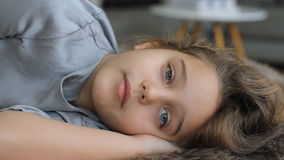 Το παιδί πέφτει κοιμισμένο, μετακινώντας με μπουλντόζα, κλείνει τα μάτια του Εκπληκτικά όμορφο μπλε-eyed κορίτσι που εξετάζει τη  απόθεμα βίντεο