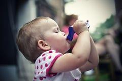 το παιδί πίνει το χυμό στοκ εικόνες
