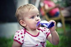 το παιδί πίνει το χυμό στοκ φωτογραφία