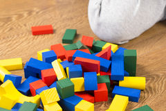 Το παιδί παίζει με τους πολύχρωμους κύβους Στοκ φωτογραφίες με δικαίωμα ελεύθερης χρήσης