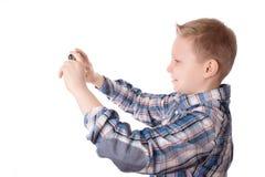 Το παιδί παίρνει μια φωτογραφία με το τηλέφωνό του που απομονώνεται στο λευκό Στοκ Εικόνες