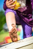 Το παιδί παρουσιάζει βρώμικα πόδια από το παιχνίδι στη λάσπη Στοκ εικόνες με δικαίωμα ελεύθερης χρήσης