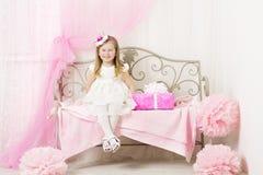 Το παιδί πορτρέτου μικρών κοριτσιών παιδιών, οδοντώνει το παρόν κιβώτιο δώρων στοκ εικόνες