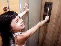Το παιδί που δραπετεύει βρωμαά το χώρο ανάπαυσης Στοκ Φωτογραφίες