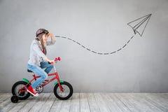 Το παιδί προσποιείται να είναι επιχειρηματίας Στοκ Εικόνες