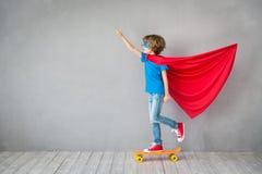 Το παιδί προσποιείται να είναι superhero Στοκ Εικόνες