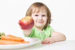 Το παιδί προσφέρει το μήλο στοκ φωτογραφίες
