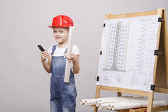 Το παιδί στέκεται ένα τηλέφωνο στον πίνακα με το σχέδιο Στοκ Εικόνες