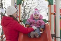 Το παιδί στην παιδική χαρά με το mom στοκ εικόνες