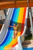 Το παιδί στη φωτογραφική διαφάνεια νερού στο aquapark παρουσιάζει αντίχειρα Στοκ φωτογραφία με δικαίωμα ελεύθερης χρήσης