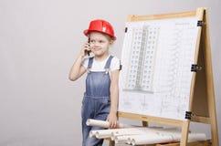 Το παιδί στο κράνος που μιλά στο τηλέφωνο Στοκ Εικόνες