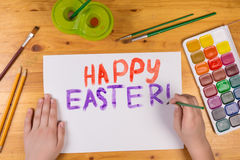 Το παιδί σύρει τη ευχετήρια κάρτα για ευτυχές Πάσχα, κενό διάστημα για το κείμενο Στοκ Εικόνες