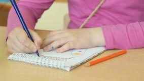 Το παιδί σύρει τις εικόνες στο copybook απόθεμα βίντεο
