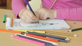 Το παιδί σύρει τις εικόνες στο copybook φιλμ μικρού μήκους