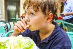 Το παιδί τρώει το παγωτό στοκ φωτογραφία με δικαίωμα ελεύθερης χρήσης