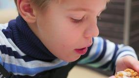 Το παιδί τρώει το τηγανισμένο κοτόπουλο σε μια κινηματογράφηση σε πρώτο πλάνο εστιατορίων γρήγορου φαγητού απόθεμα βίντεο