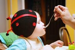 το παιδί τρώει Στοκ Φωτογραφίες
