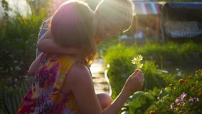 Το παιδί φιλά ήπια και αγκαλιάσματα mom απόθεμα βίντεο