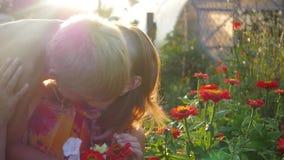 Το παιδί φιλά ήπια και αγκαλιάσματα mom φιλμ μικρού μήκους