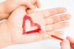 Το παιδί χρωματίζει την καρδιά Στοκ φωτογραφία με δικαίωμα ελεύθερης χρήσης