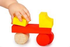 Το παιδί χτίζει μια μηχανή Στοκ εικόνες με δικαίωμα ελεύθερης χρήσης