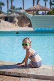 Το παιδί Yound κάθεται στην πισίνα Στοκ φωτογραφία με δικαίωμα ελεύθερης χρήσης