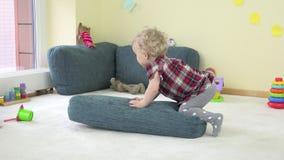 Το παιδικό παιχνίδι μικρών παιδιών με το μπλε μεγάλο μαξιλάρι και παρουσιάζει αληθινές συγκινήσεις απόθεμα βίντεο