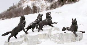 Το πακέτο των λύκων σμιλεύει, Archeopark, Khanty - Mansiysk, Ρωσία που βρίσκεται στο πόδι του παγετώδους λόφου, Archeopark παρουσ Στοκ εικόνα με δικαίωμα ελεύθερης χρήσης