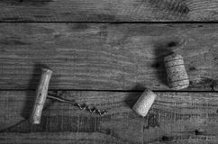 Το παλαιά ανοιχτήρι και το κρασί βουλώνουν σε έναν ξύλινο πίνακα Στοκ φωτογραφία με δικαίωμα ελεύθερης χρήσης